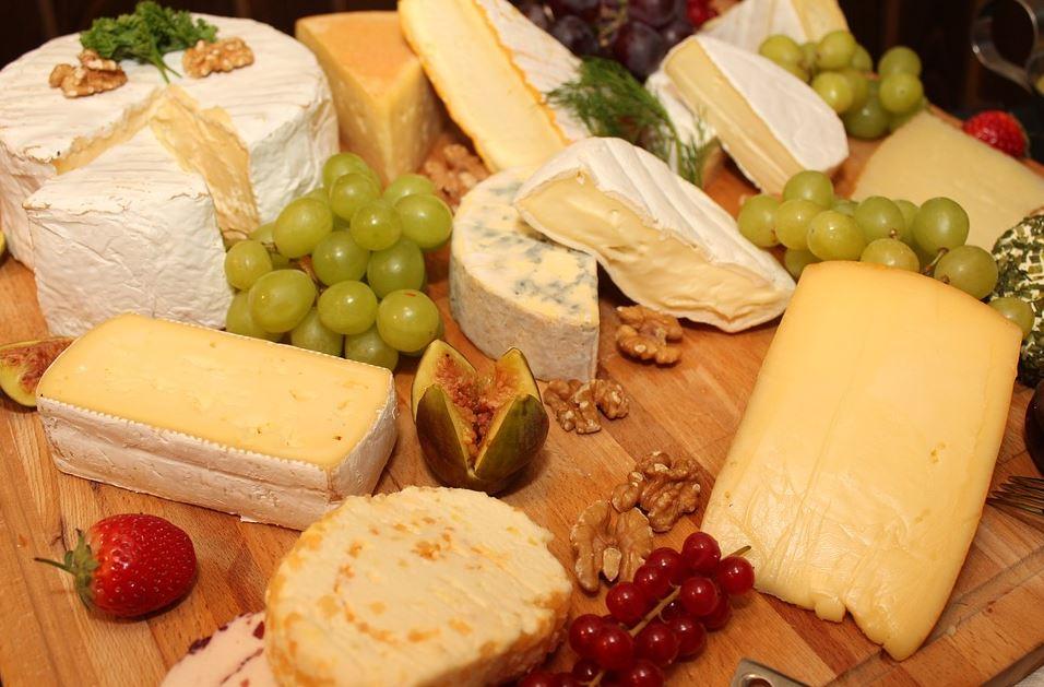 Platte mit unterschiedlichen Käsesorten